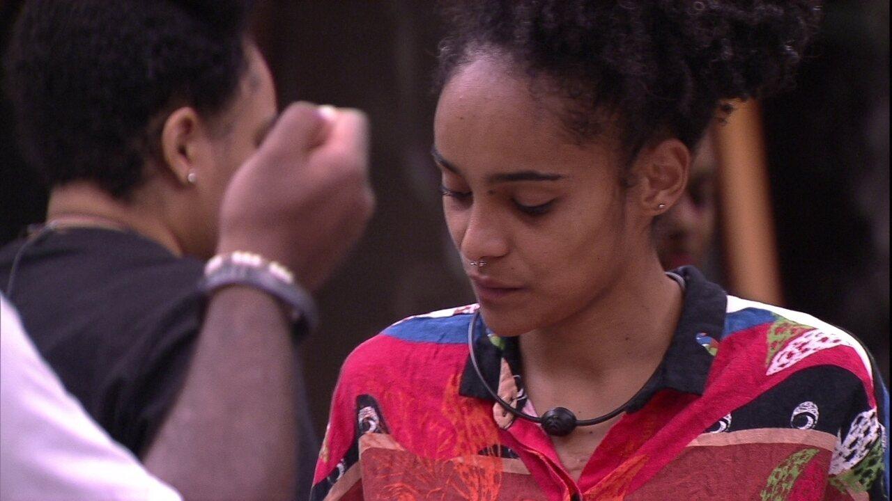 Gabriela faz pedido para Rízia e é atendida