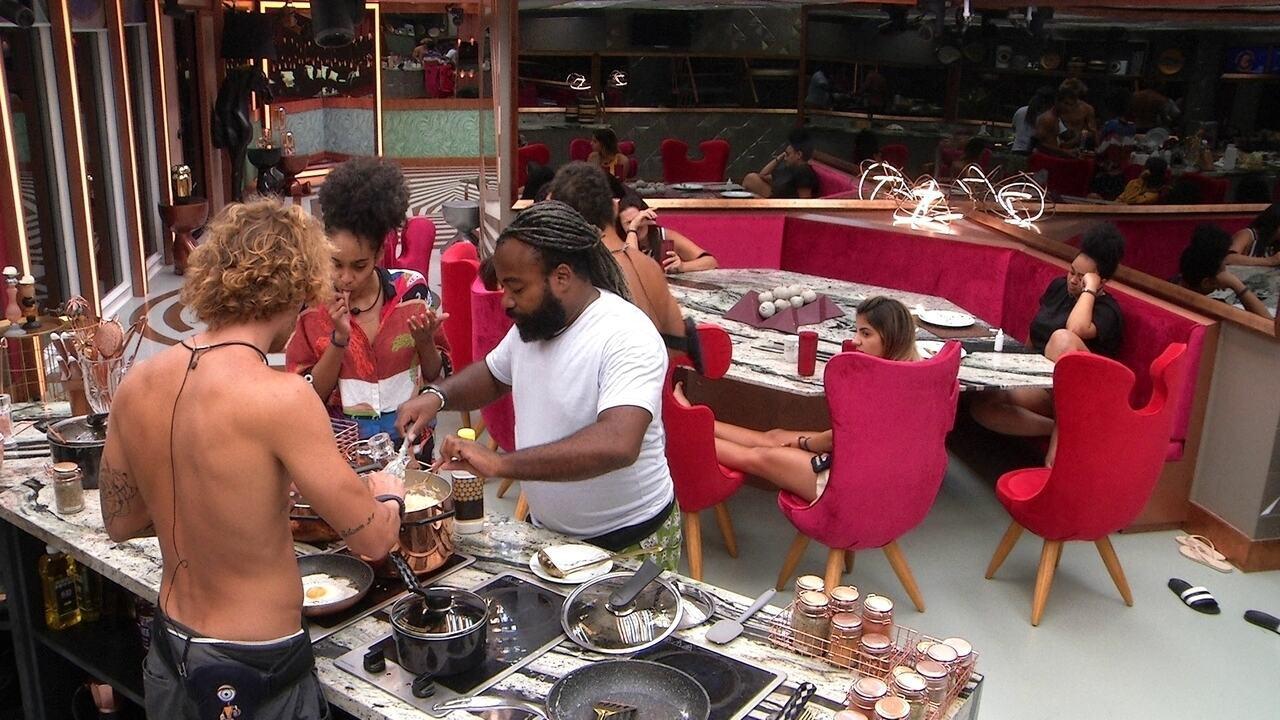 Rodrigo prepara arroz doce e Gabriela diz: 'Está me dando água na boca'