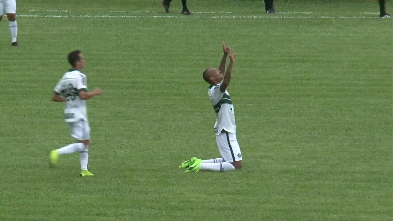 Gol do Coritiba! Giovanni cobra a falta, Alan Costa sobe sem marcação e cabeceia firme