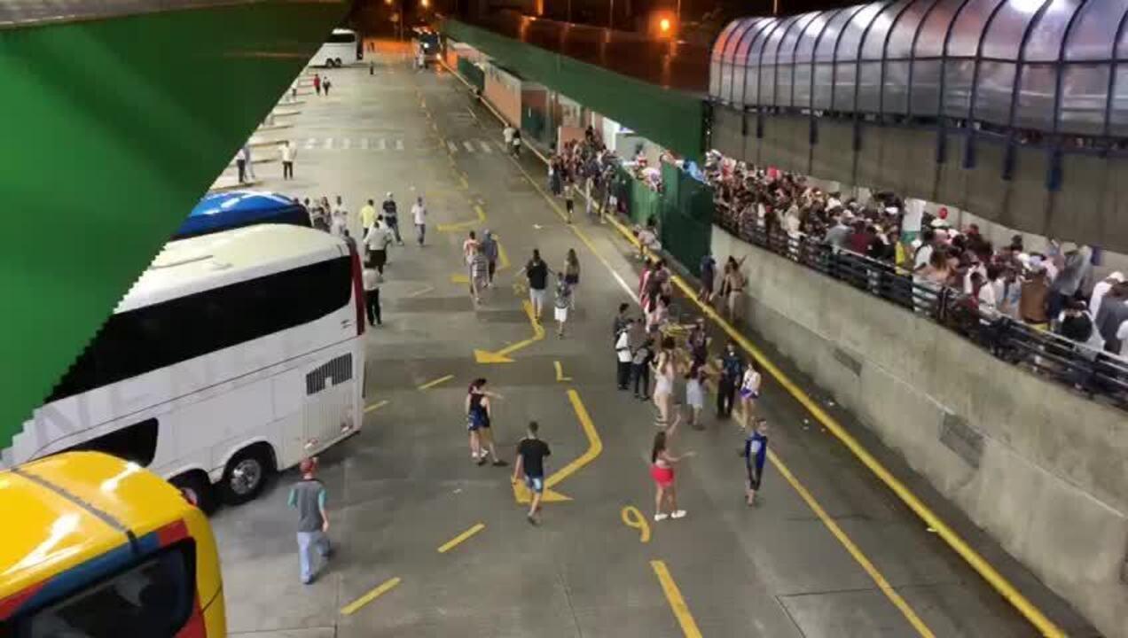 Estação Barra Funda fica lotada após blocos de carnaval