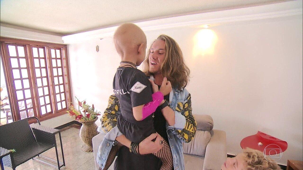 Vitor Kley reencontra menina com câncer após vídeo que viralizou
