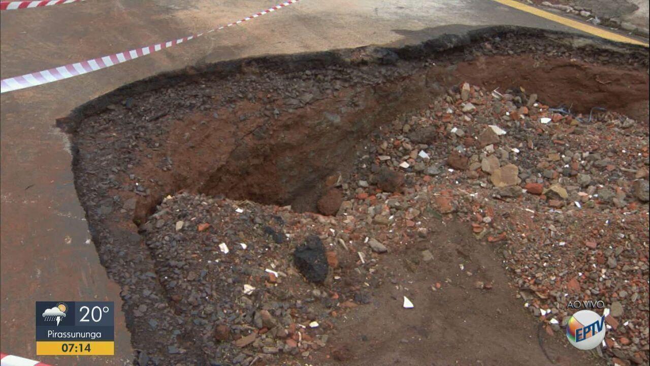 Chuva piora estado de buraco aberto em rua de São Carlos