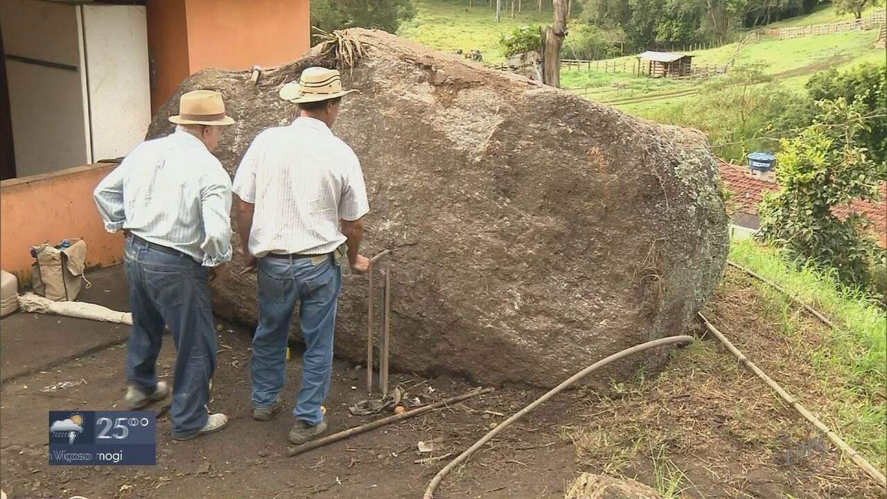 Prefeitura começa trabalhos para retirada de pedra 'gigante' na zona rural de Ipuiúna