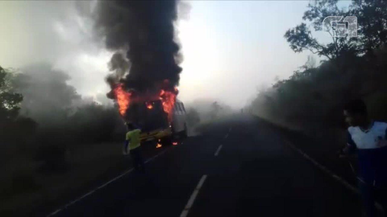 ônibus escolar pega fogo quando levava mais de 40 crianças