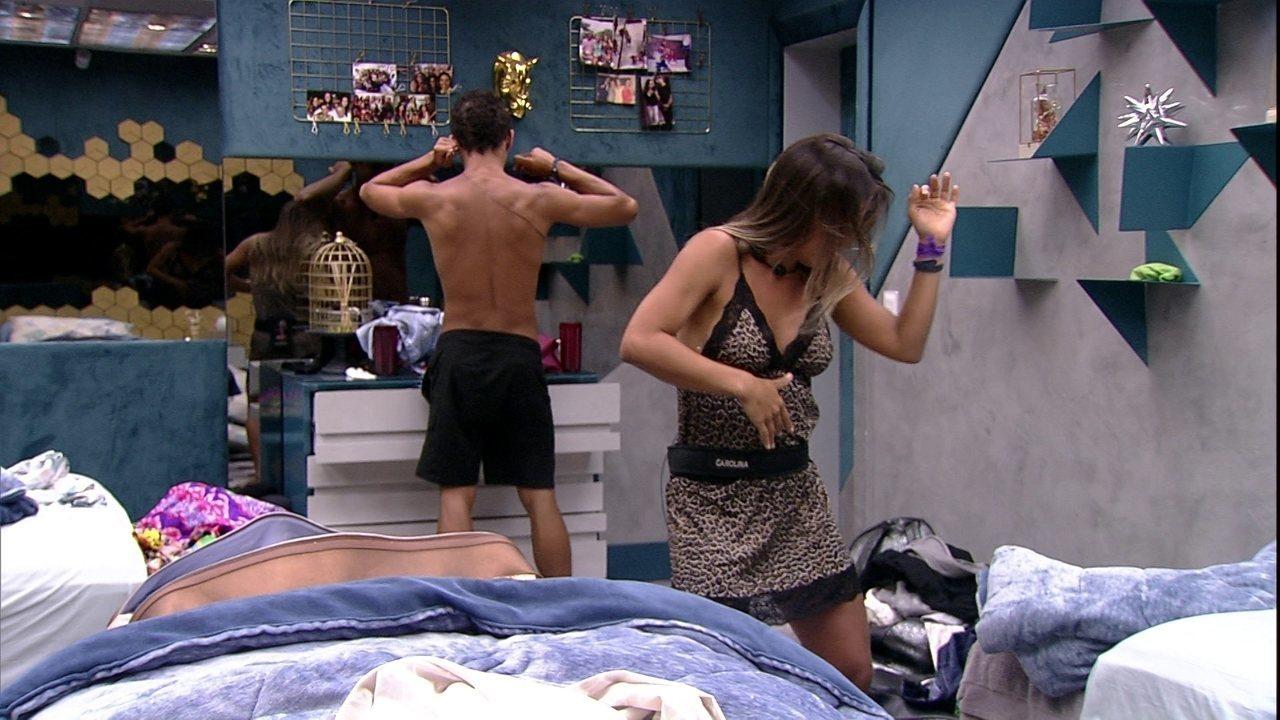 Alan faz café e Carolina acorda com dança no quarto após curtirem festa juntos