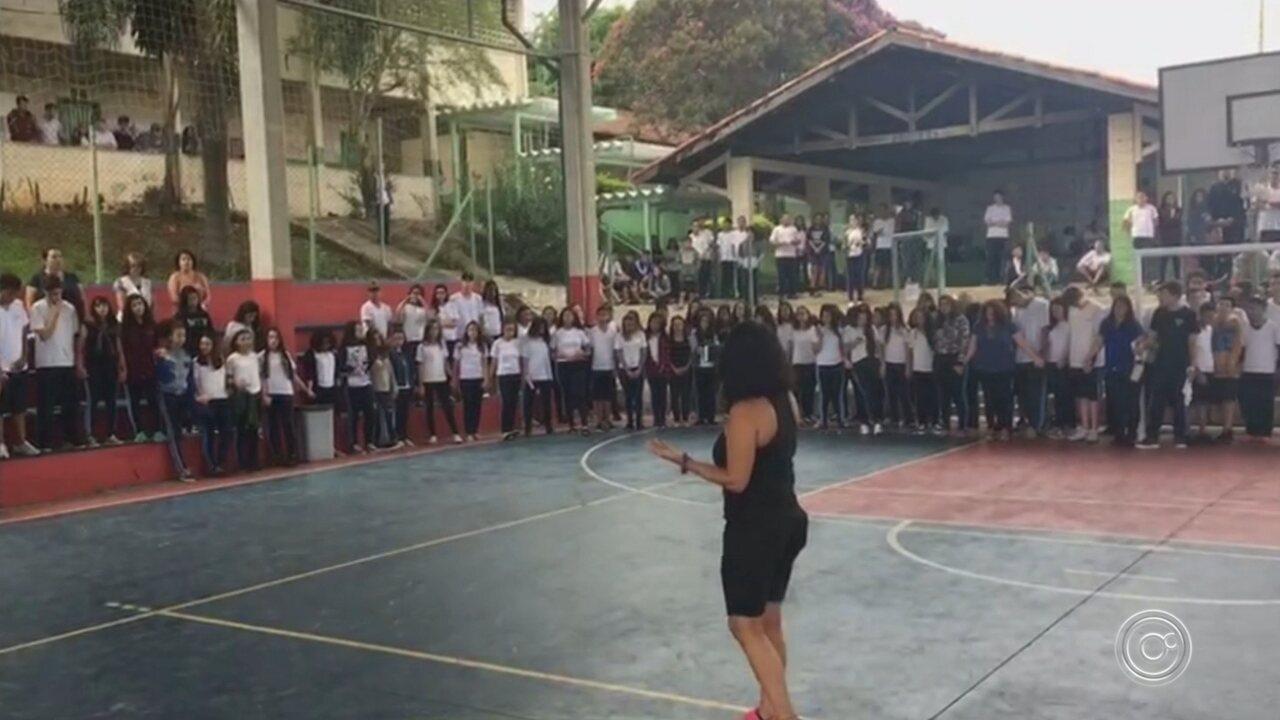 Alunos de Sorocaba prestam homenagem a estudantes mortos em Suzano