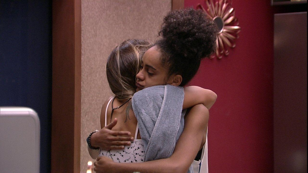 Carolina especula com Gabriela na cozinha: 'Será que é a Prova do Anjo?'