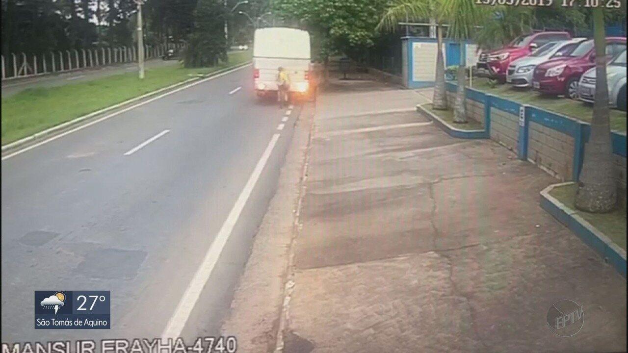Ciclista não enxerga ônibus estacionado e bate na traseira de veículo em Poços de Caldas
