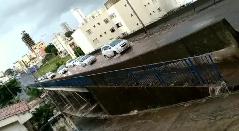 Viaduto Carlos Saraiva alagado após chuva em Uberlândia