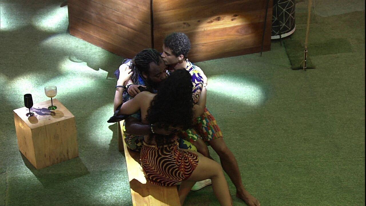 Rodrigo chora e recebe abraço de Danrley e Elana