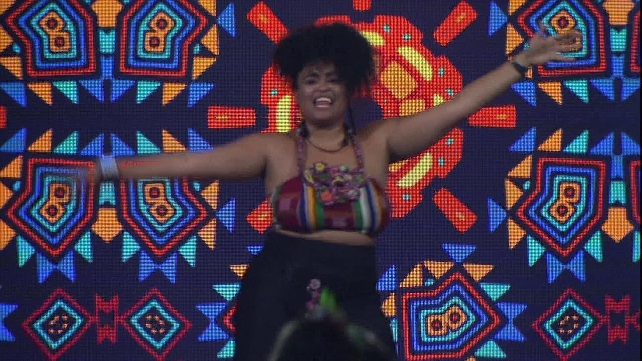 Rízia canta e dança hit de Pablo Vittar