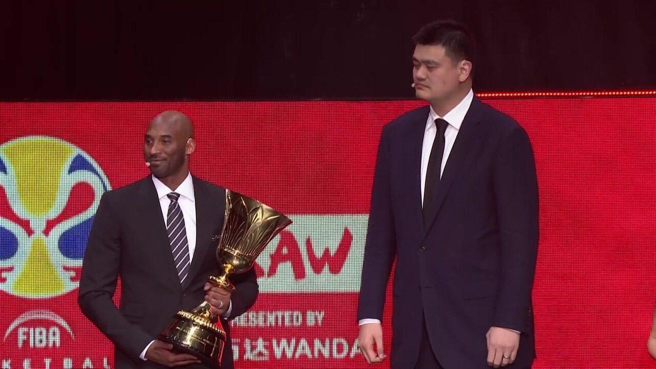 Ex-atletas apresentam troféu da Copa do Mundo de Basquete