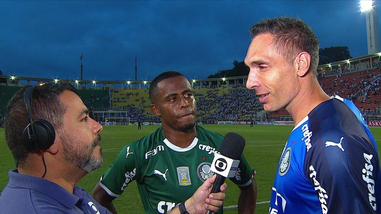 Carlos Eduardo celebra gol no clássico e é cornetado por Prass:
