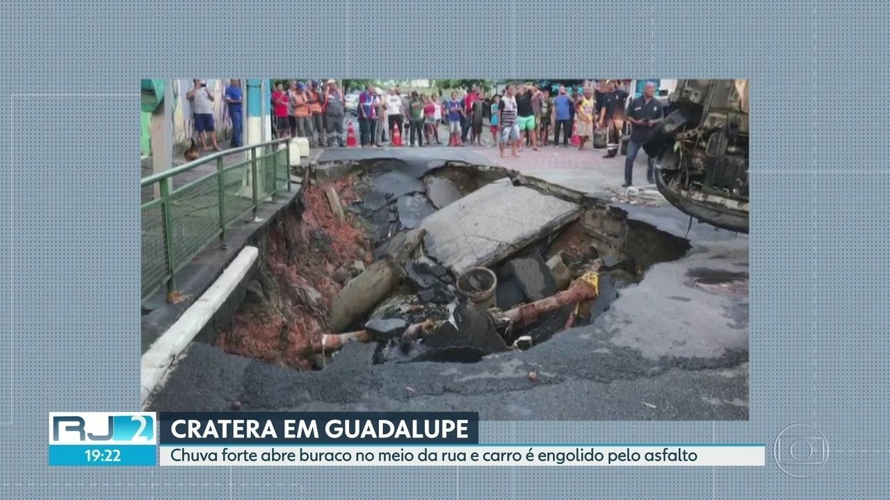 Chuva forte abre buraco no meio da rua e carro é engolido pelo asfalto
