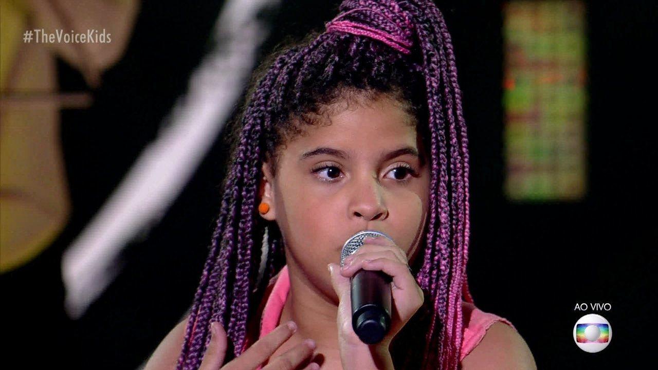 Lívia Valéria canta