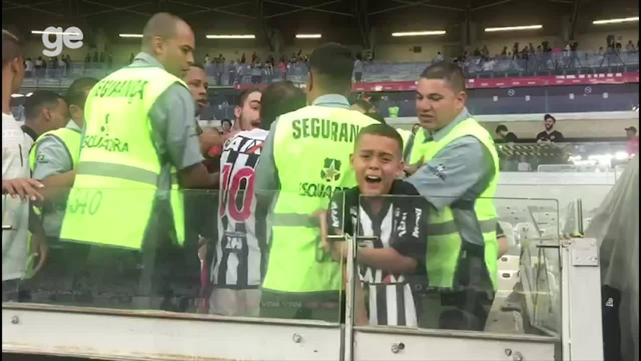 Garoto chora ao não conseguir pegar camisa de Alerrandro depois de vitória do Atlético-MG