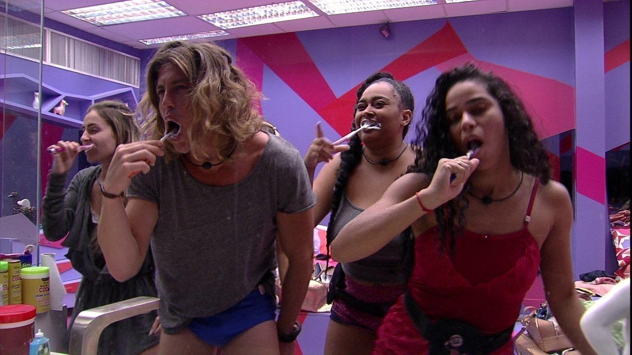 Sisters dançam e escovam os dentes com Alberto Mezzetti