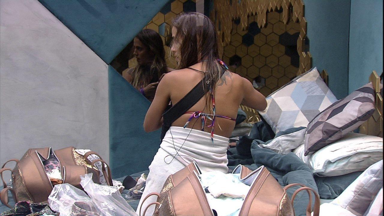 Rodrigo observa Carolina arrumar mala e comenta: 'Momento chato, né?'