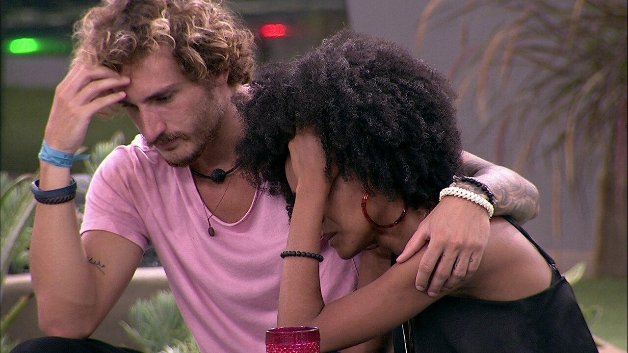 Gabriela volta a chorar e é consolada por Alan