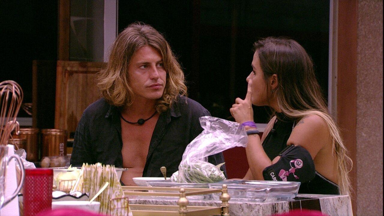 Carolina explica para Alberto rotina da casa às quartas-feiras