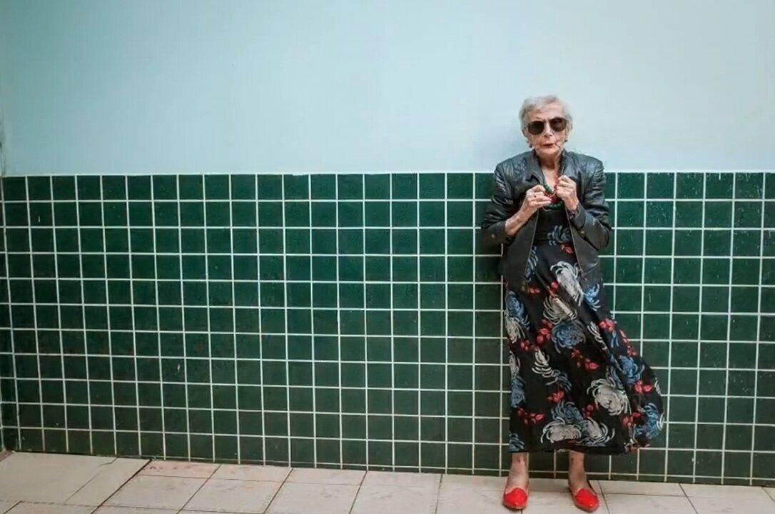Idosos são fotografados para calendário de moda em Araranguá