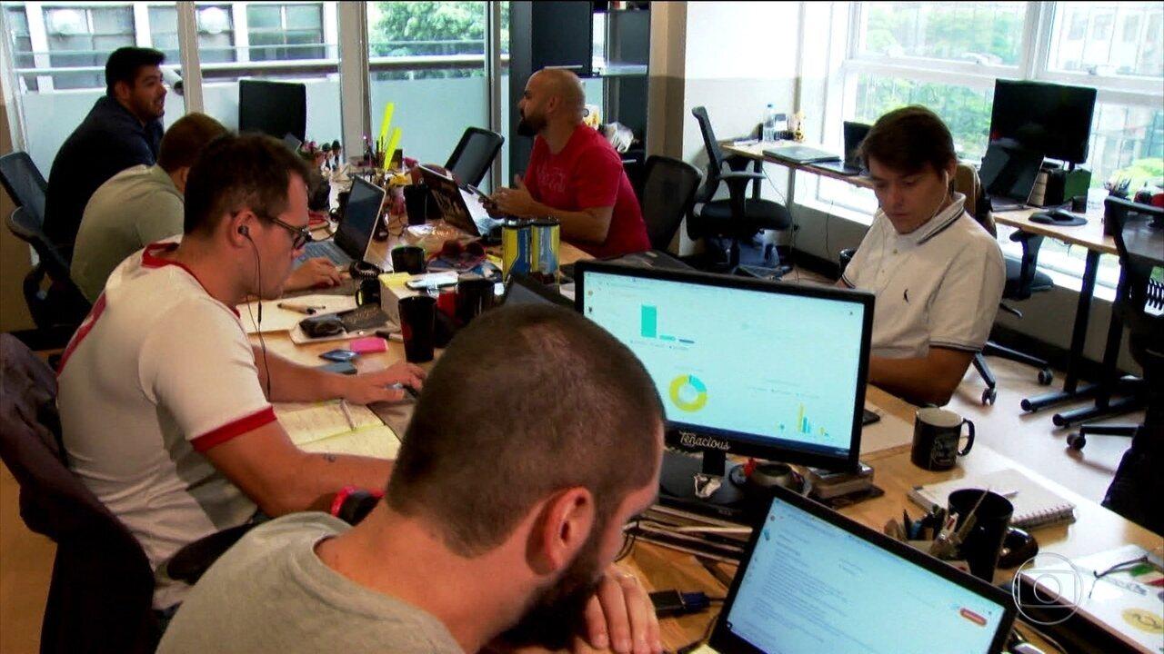 Jovens buscam emprego voluntário para melhorar currículo e ter mais chances de emprego.