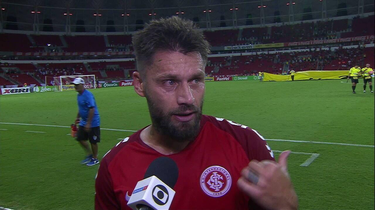 Rafael Sóbis fala na saída de campo do primeiro tempo, no jogo entre Inter x Novo Hamburgo