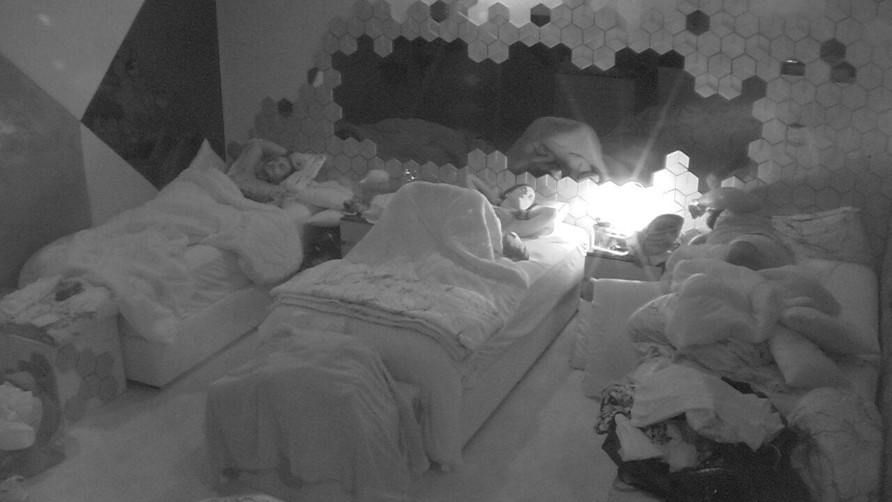 Carolina se despede de Elana e se prepara pra dormir