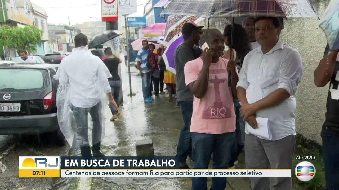 Centenas de pessoas formam fila atrás de emprego, em Caxias