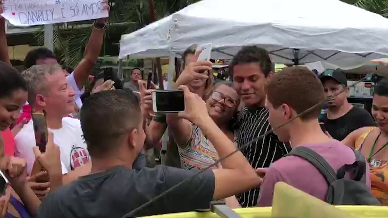 Danrley, do BBB19, chega na Rocinha e se surpreende com o carinho dos fãs: 'Que doideira'
