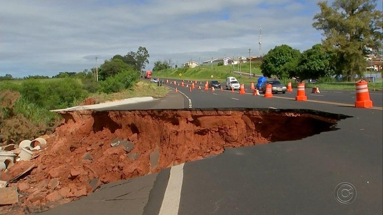 Conserto de erosão que 'engoliu' parte de rodovia em Quintana deve demorar três meses