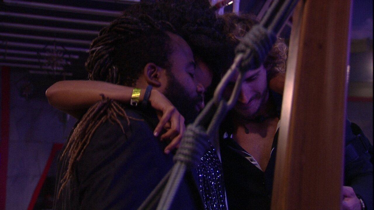 Gabriela abraça Rodrigo e Alan, e diz: 'Melhor presente de 2019'