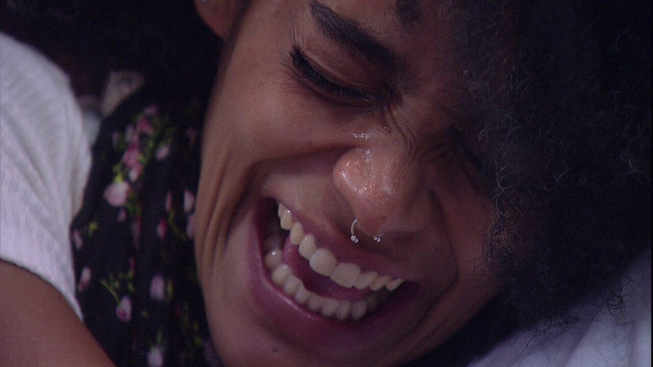 Gabriela vai às lágrimas com a mensagem do Anjo e vibra ao ver ex-namorada: 'Cheiro!'