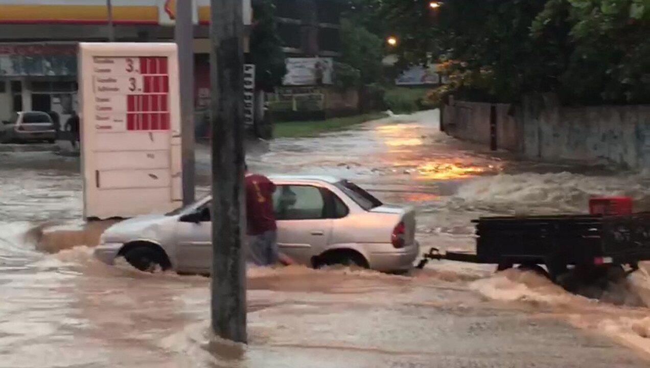 Na Avenida Casemiro Júnior, motoristas encontraram dificuldade para transitar