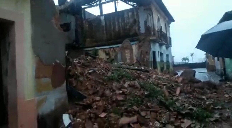 Casarão localizado na rua Jacinto Maia desabou no início da manhã após fortes chuvas