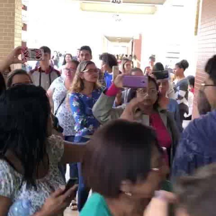 Candidatos a concurso no DF deixam salas e pedem anulação de certame