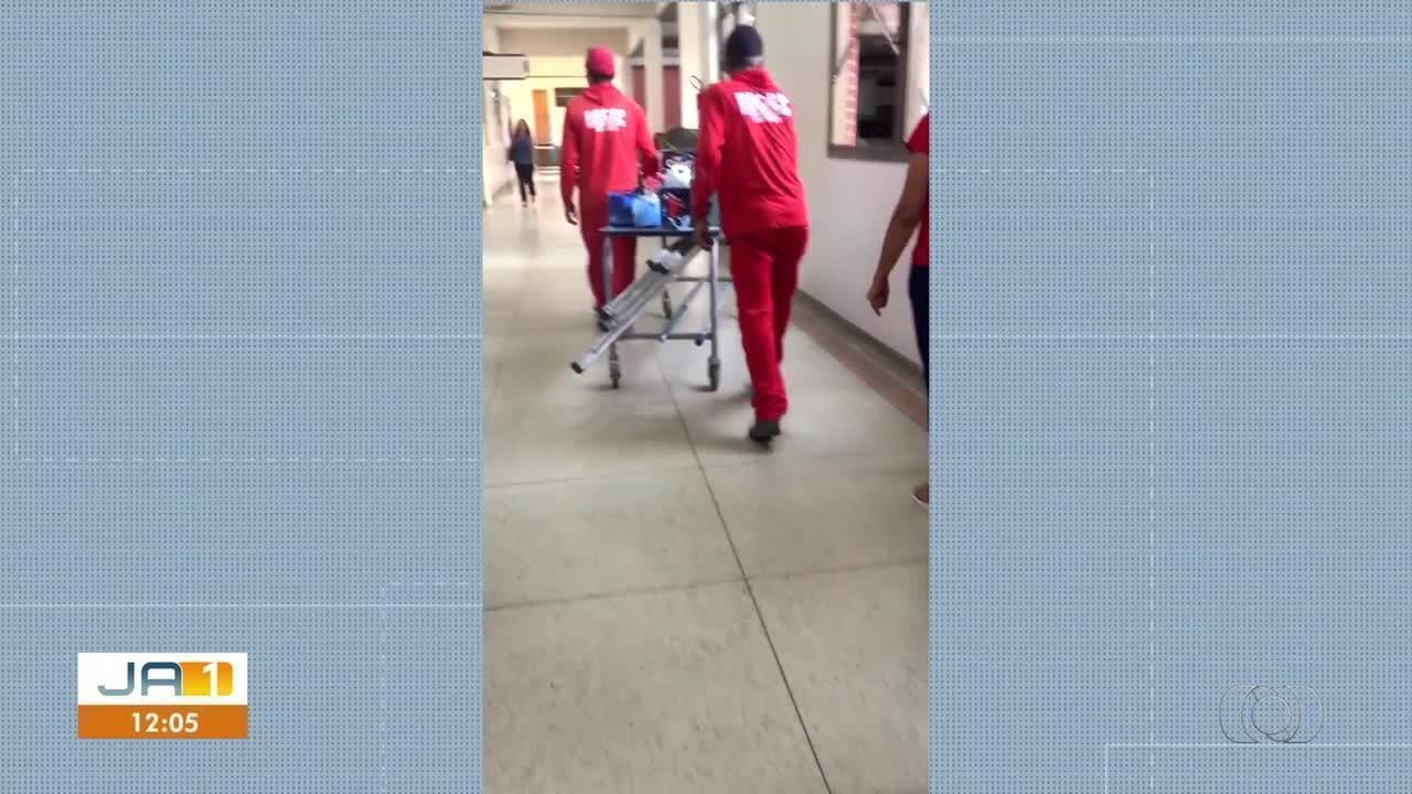 Vídeo flagra trabalhadores carregando produtos de limpeza em maca no HGP