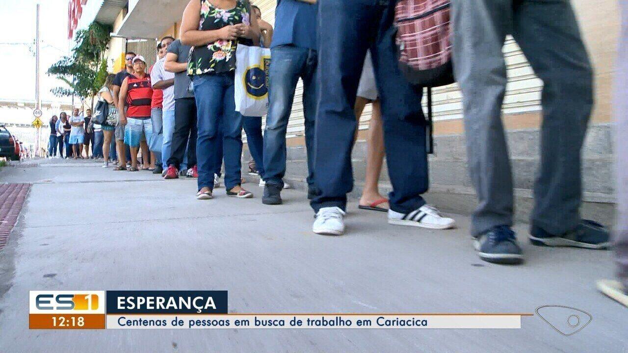 Centenas de pessoas em busca de trabalho formam fila em Cariacica, ES