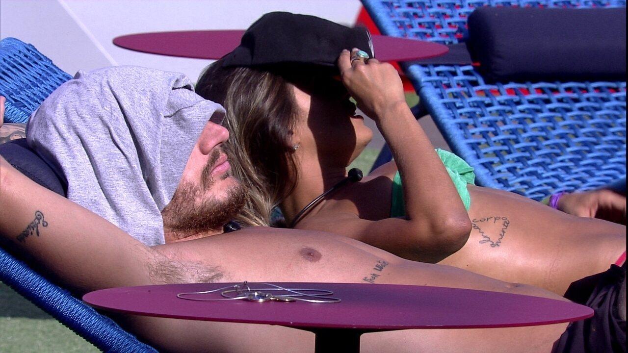 Alan aconselha Carolina e esquecer que está emparedada: 'Senão tu não vive'