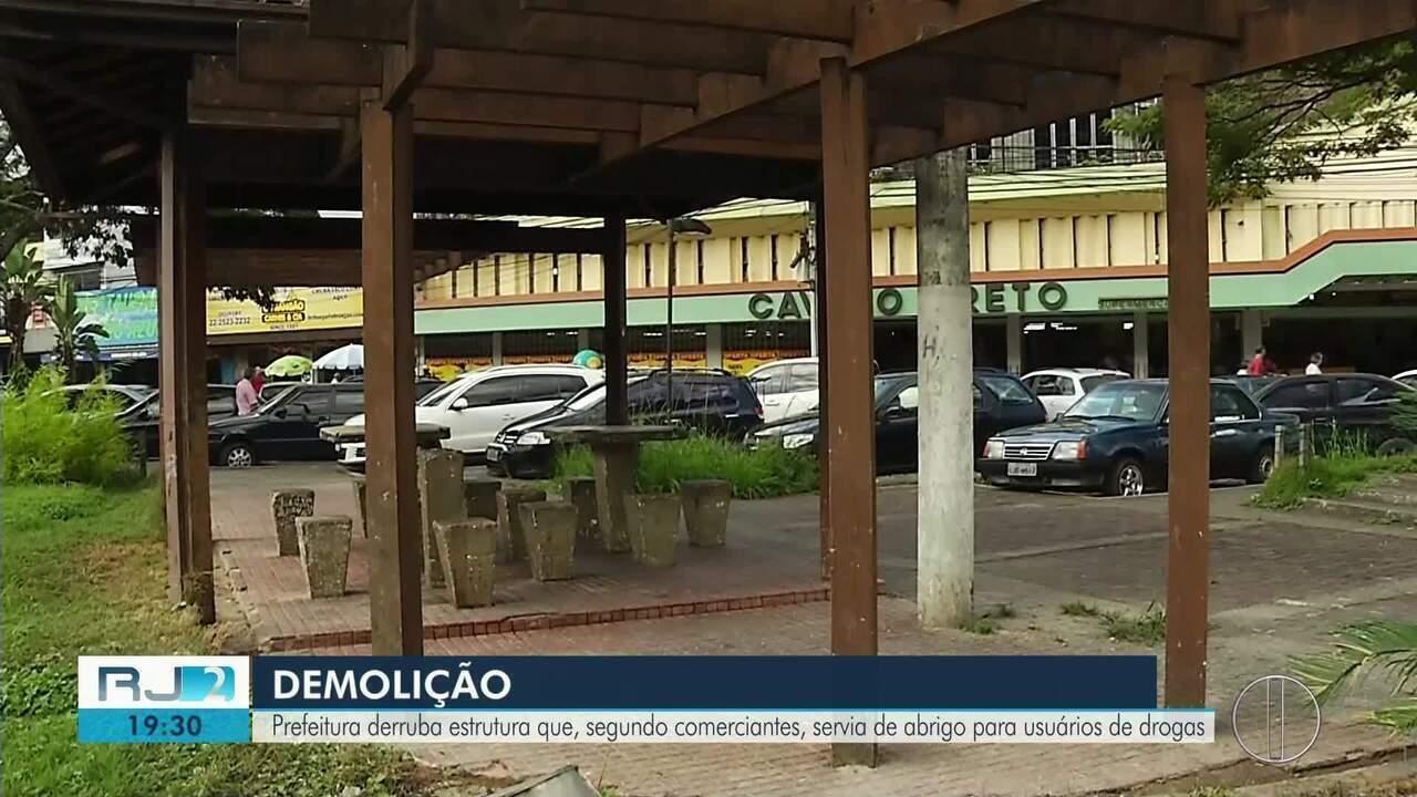Prefeitura derruba estrutura que servia de abrigo para moradores de rua em Nova Friburgo