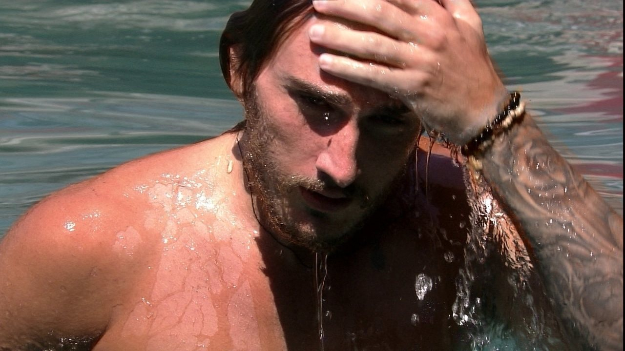 Carolina para Alan durante brincadeira: 'Surfista gostoso'