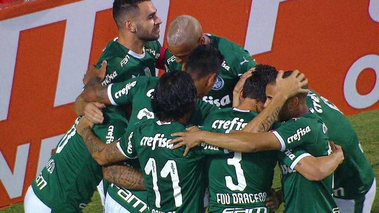 Gol do Palmeiras! Após escanteio, Felipe Melo cabeceia para abrir o placar, aos 5' do 1º tempo