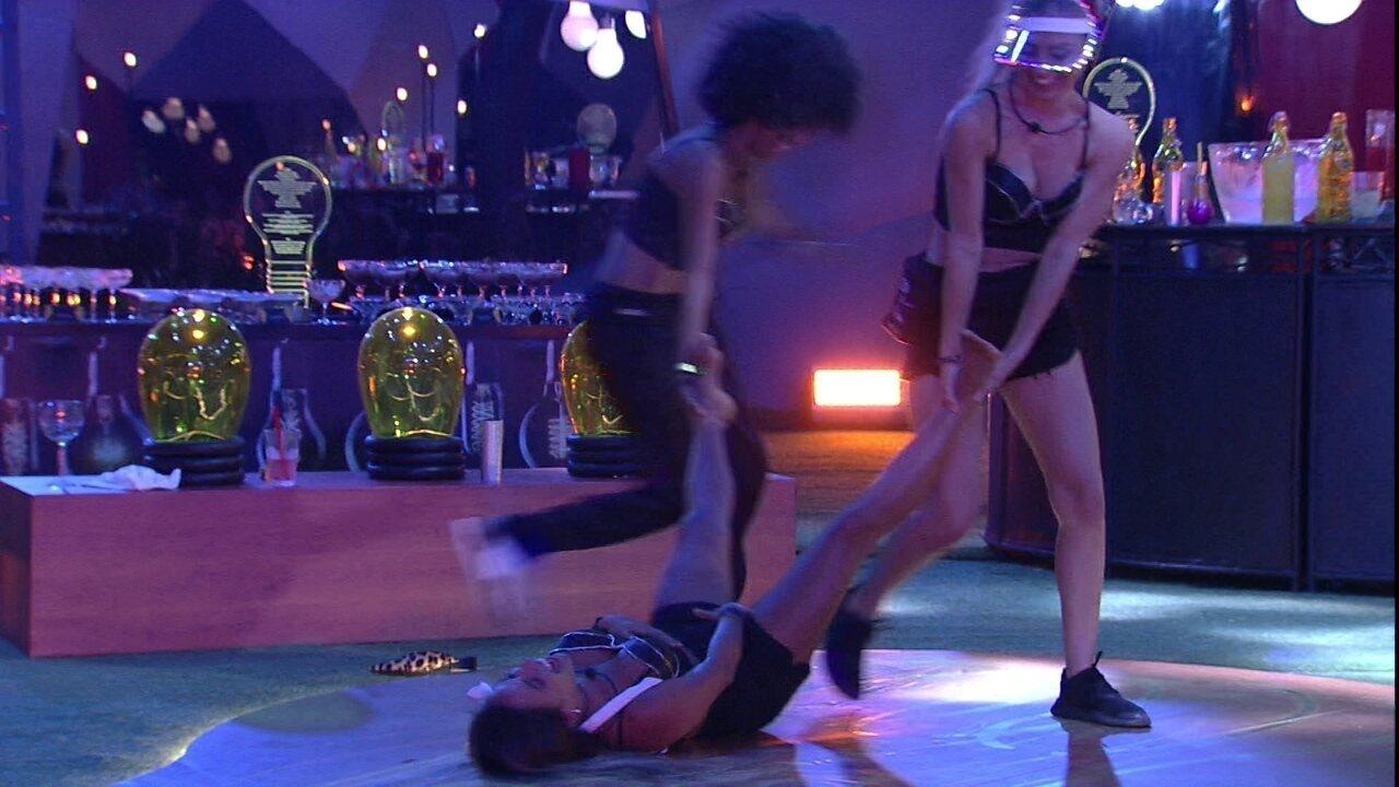 Paula e Gabriela giram no chão da pista da Festa Luz