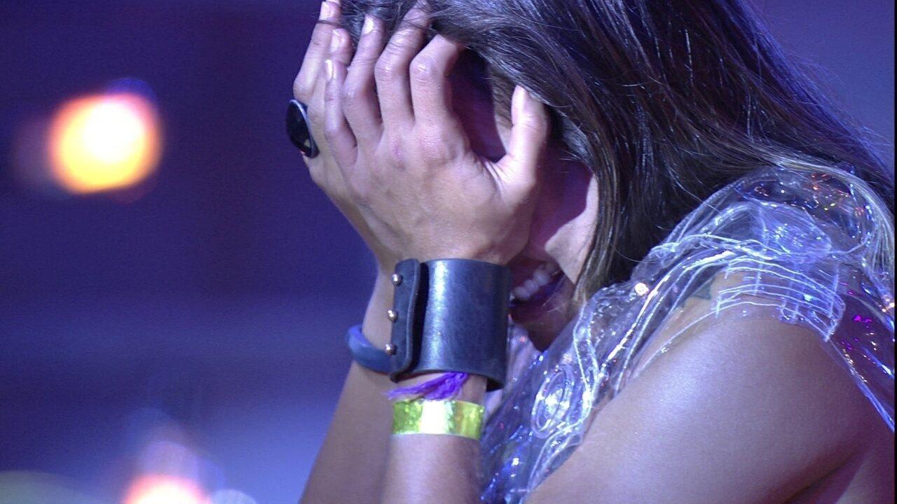 Carolina chora ao lembrar de amigas e é abraçada por Gabriela