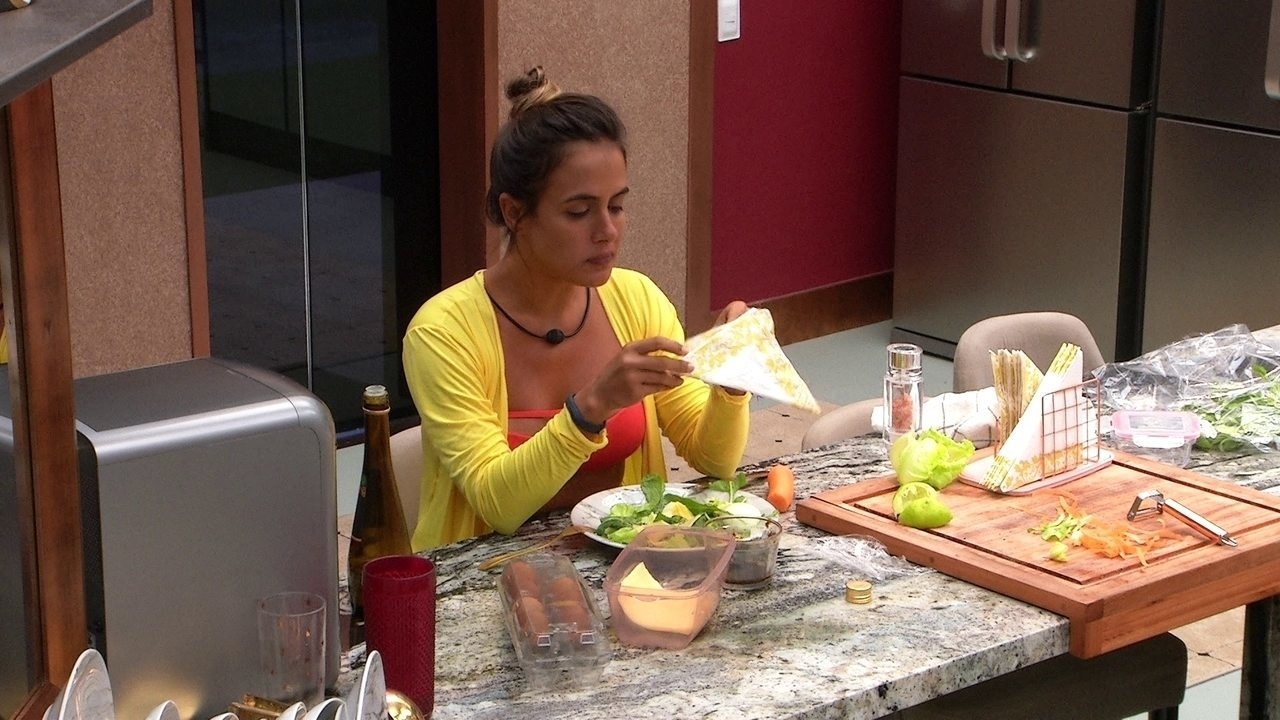 Carolina fala sozinha enquanto come