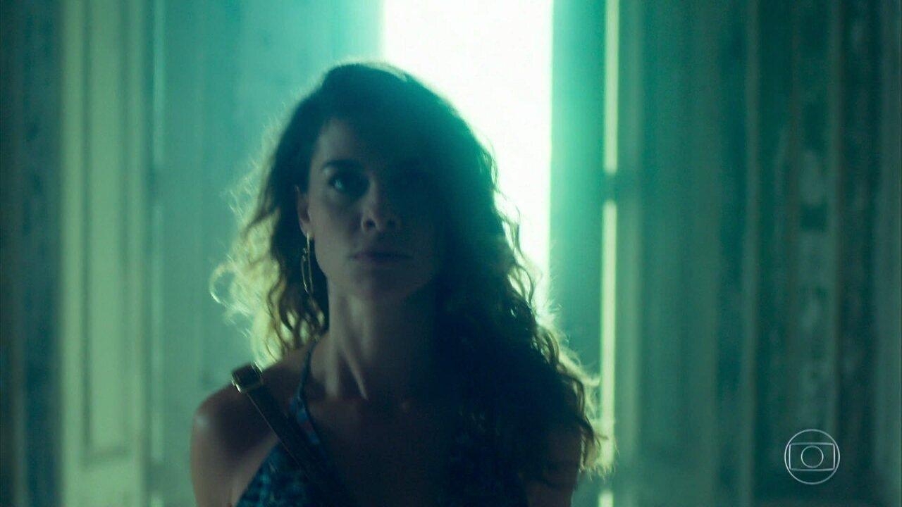 Isabel invade o casarão para destruir o que restou e impedir a volta de Cris