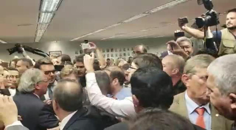 Tumulto na saída do ministro Paulo Guedes de audiência na CCJ da Câmara