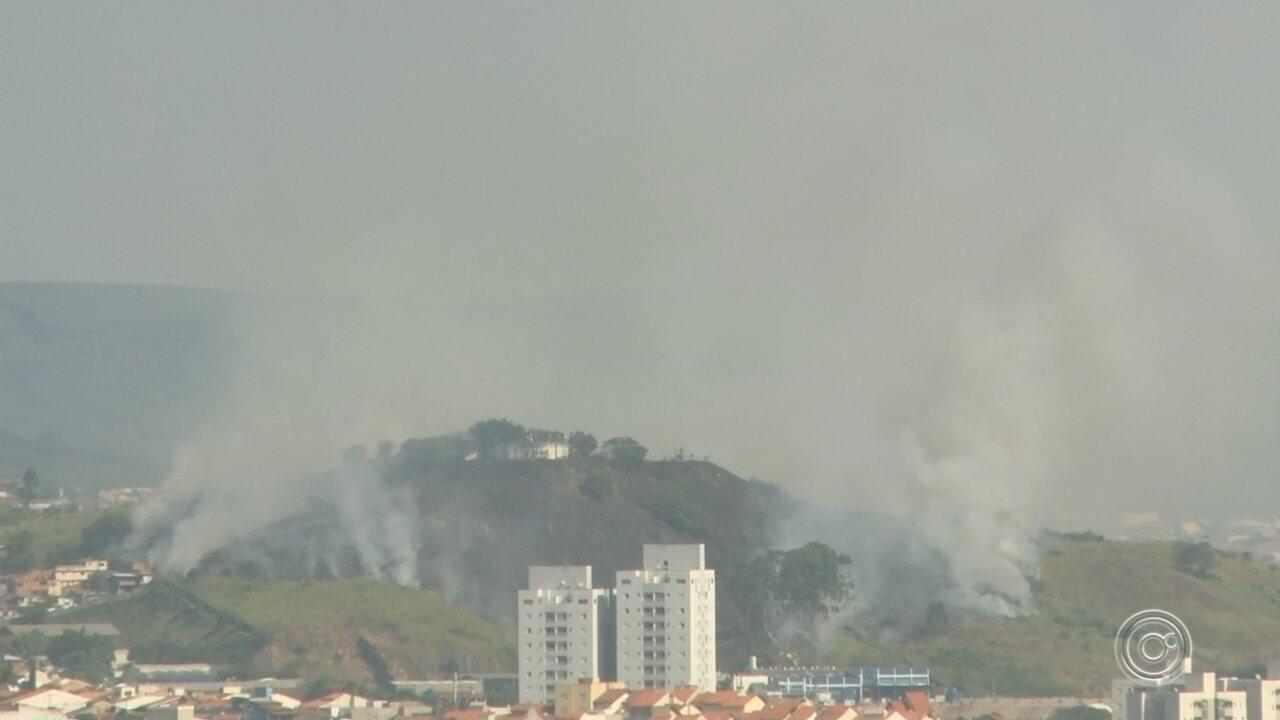 Incêndio no Morro da Mariquinha mobiliza o Corpo de Bombeiros em Sorocaba