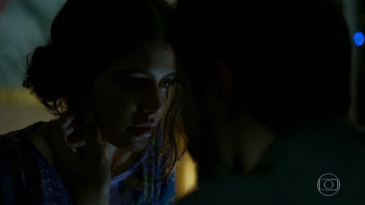 Laila coloca o vestido que ganhou de Jamil e vai ao encontro dele