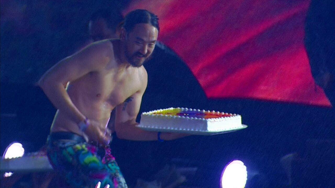 Stevie Aoki arremessa tortas em fãs em show no Lollapalooza